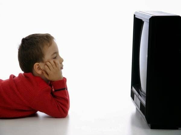 ¿Ver la tele demasiado cerca es malo para los ojos?